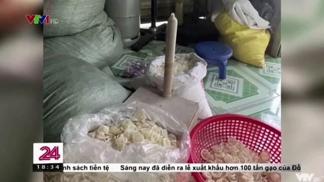 Preservativos usados são vistos em armazém ilegal no Vietnã — Foto: Reprodução/VTV via Reuters