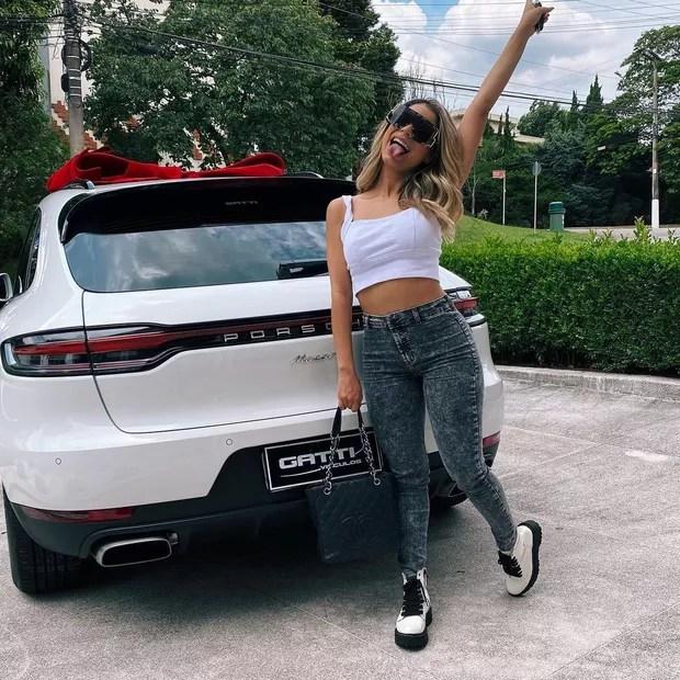 Lexa se autopresenteia com carrão de luxo  (Foto: Reprodução/Instagram)