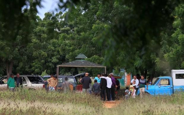 Pessoas participam de cerimônia de enterro no cemitério Eden Gardens, em Maracaibo, na Venezuela, em 29 de novembro — Foto: Reuters/Isaac Urrutia