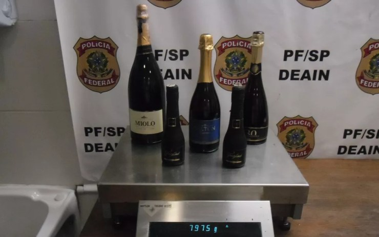 Passageiro escondeu 8 kg de cocaína em garrafas de espumante — Foto: Polícia Federal/Divulgação