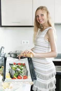 Mulher cozinhando peixe (Foto: Thinkstock)
