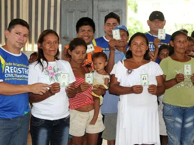 Índigenas de duas etnias receberam seus primeiros documentos  (Foto: Adneison Severiano/G1 AM)