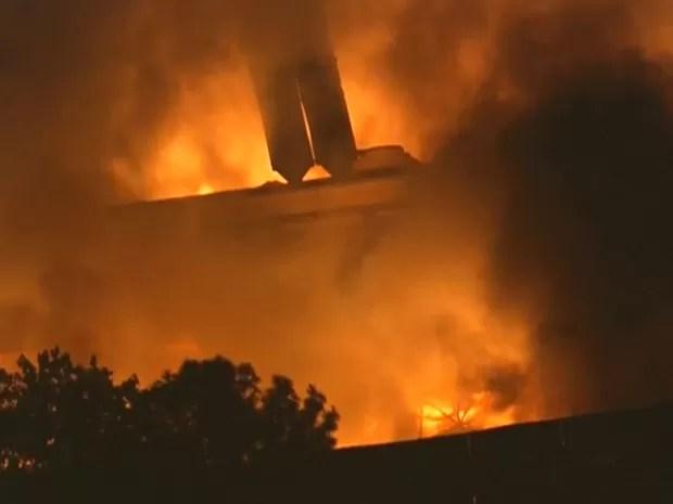 Fogo começou no início da noite (Foto: Reprodução/ TV Globo)