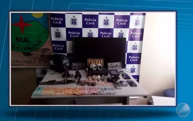 Dinheiro, celulares, armas e drogas foram apreendidas durante operação da polícia (Foto: Imagem/TV Santa Cruz)
