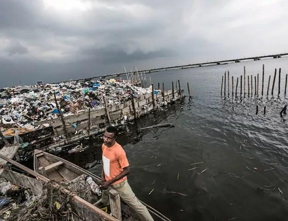 Lagos, NIGÉRIA Oworosoki é uma área de favela na Baía de Lagos. O lixo é jogado para aterrar a baía e poder expandir o bairro (Foto: Kadir van Lohuizen / NOOR)