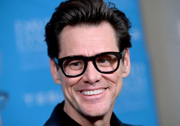 Quando o pai de Jim Carrey perdeu o emprego de músico, a família foi toda morar numa van. O ator abandonou a escola quando tinha 15 anos para trabalhar como zelador e ajudar a melhorar a situação financeira. (Foto: Getty Images)