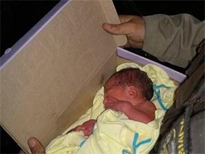Bebê 'Albertinho' encontrado em caixa de papelão em Salvador, Bahia (Foto: Polícia Militar/ Divulgação)