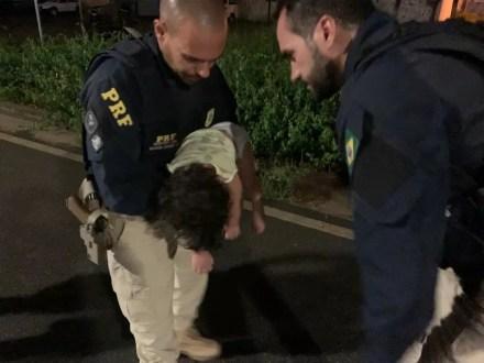 Agentes da PRF socorrem criança que estava desacordada e engasgada em Maceió — Foto: Ascom PRF