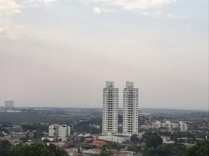 Com cidade coberta de fumaça e baixa umidade é preciso beber água, diz médico — Foto: Yago Oliveira/G1 MT