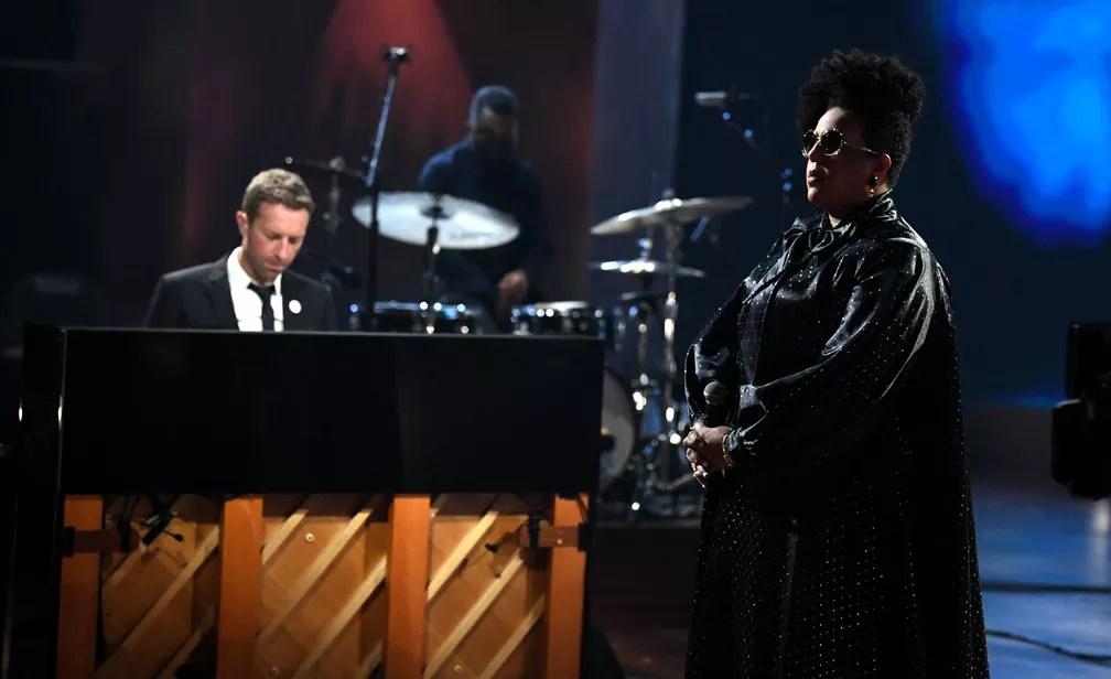 Chris Martin e Brittany Howard se apresentam no Grammy 2021 — Foto: Kevin Winter / Getty Images via AFP