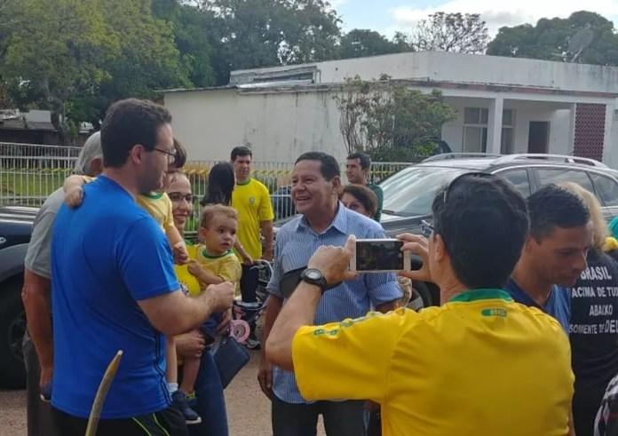 General Hamilton Mourão ao chegar para votar em Brasília (DF) neste domingo (28) — Foto: Sara Resende/TV Globo