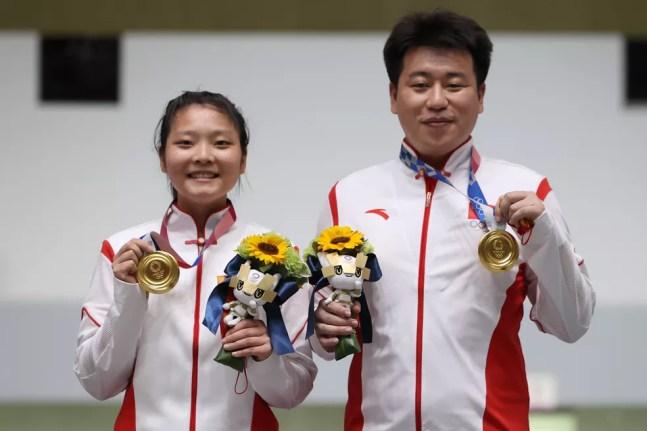 Ranxin Jiang e Wei Pang, da China, com as medalhas e sem máscaras — Foto: Kevin C. Cox/Getty Images