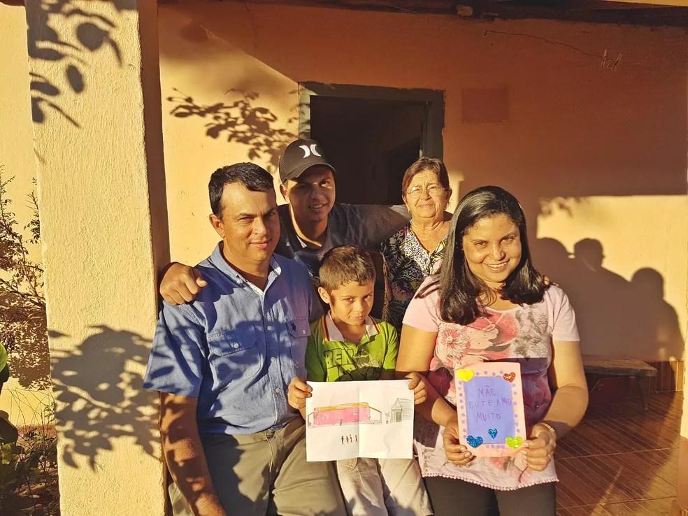 Família de Juninho reunida: jovem de Campos Gerais comemora nova vida após conseguir tratamento médico pelo SUS (Foto: Samantha Silva/G1)