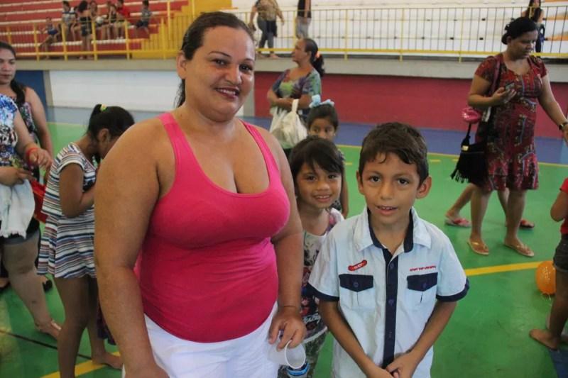 Família chegou cedo para participar da programação (Foto: Matheus Castro/Rede Amazônica)