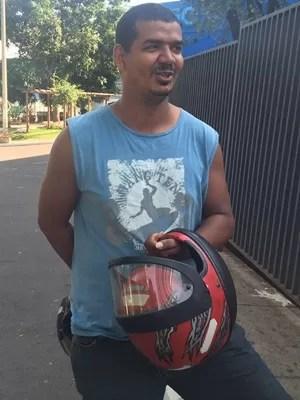 Motoboy Roniclei Bispo, 31, diz que situação preocupa quem não tem convênio médico, em Goiás (Foto: Murillo Velasco/G1)