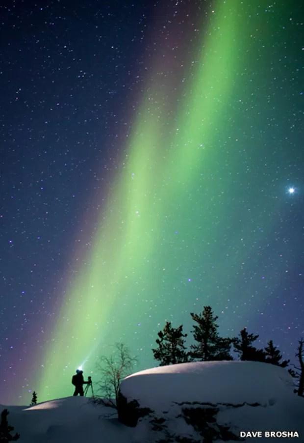 Dave Brosha registrou o momento em que o amigo Paul Zizka, também fotógrafo, acompanhava a aurora boreal (Foto: Dave Brosha)