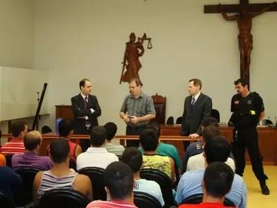Apenados receberam o livro na sexta-feira (23), em Joaçaba (Foto: TJSC/Divulgação)
