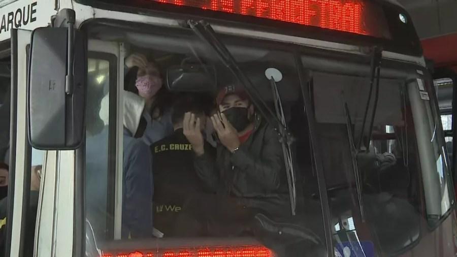 Usuários reclamam de lotação em ônibus de Porto Alegre  — Foto: Reprodução / RBS TV