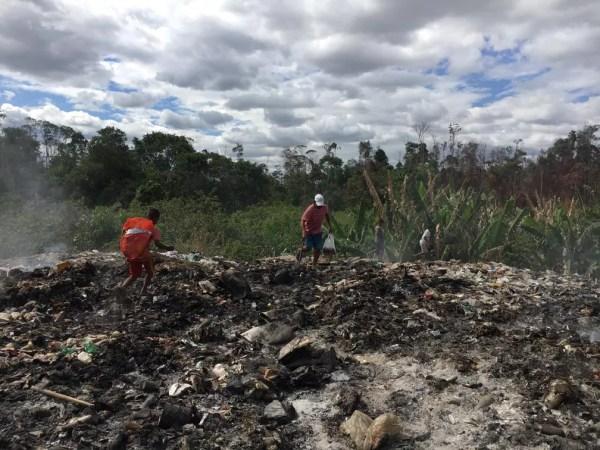 Criança venezuelanas reviram dejetos em Pacaraima a procura de algo para sobreviverem — Foto: Emily Costa/G1 RR
