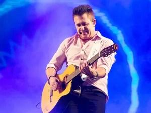 Marrone toca violão durante apresentação no 12º Ribeirão Rodeo Music (Foto: Érico Andrade/G1)
