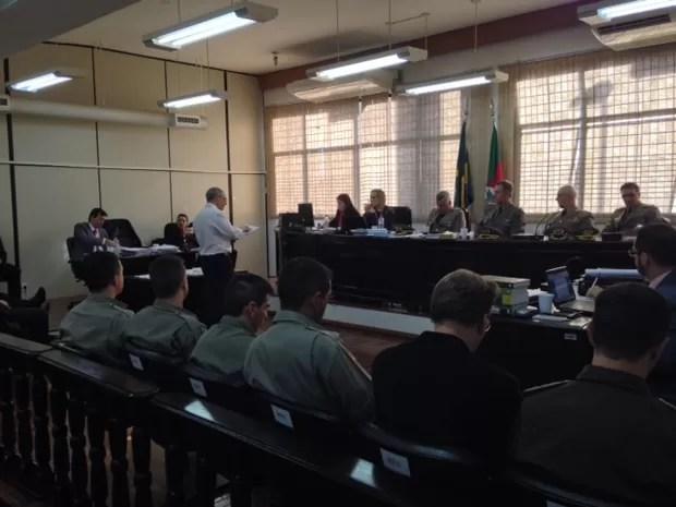 Promotor Joel Dutra fala durante julgamento de bombeiros (Foto: Bruna Taschetto/RBS TV)
