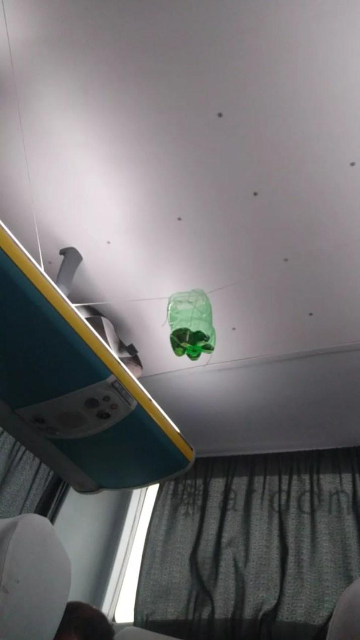 Garrafa dentro de ônibus sequestrado na Ponte Rio-Niterói teria gasolina — Foto: Arquivo pessoal