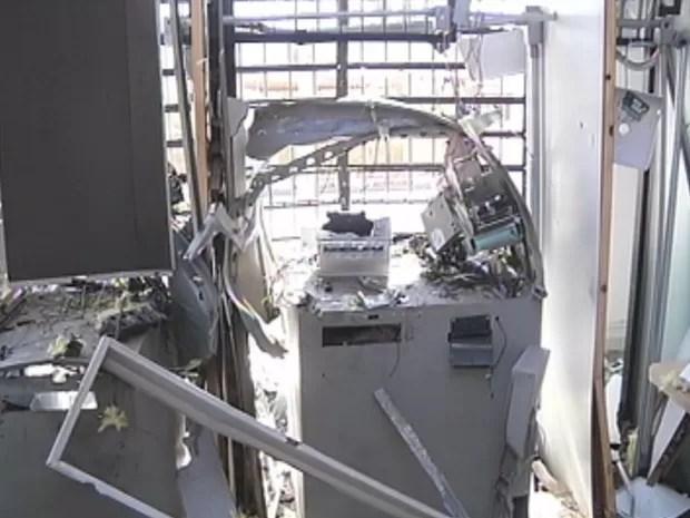 Agência ficou completamente destruída em Pardinho (Foto: Reprodução/TV TEM)