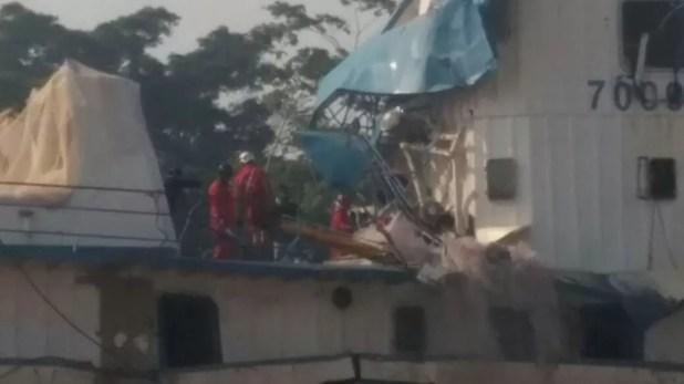 Operação de resgate está concentrada na cabine de comando do empurrador CXX (Foto: Débora Rodrigues/TV Tapajós)