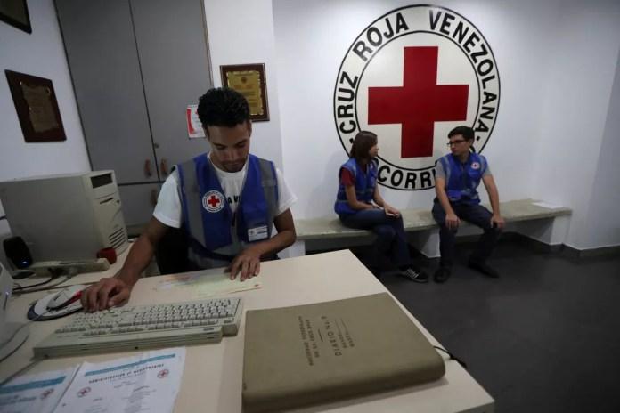 Trabalhadores da Cruz Vermelha venezuelana em Caracas, na Venezuela — Foto: Ivan Alvarado/Reuters