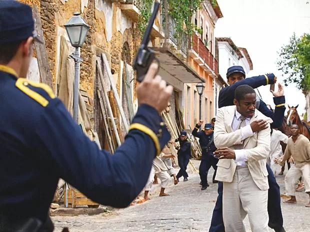Zé Maria é preso ao tentar impedir a destruição do cortiço (Foto: Lado a Lado / TV Globo)