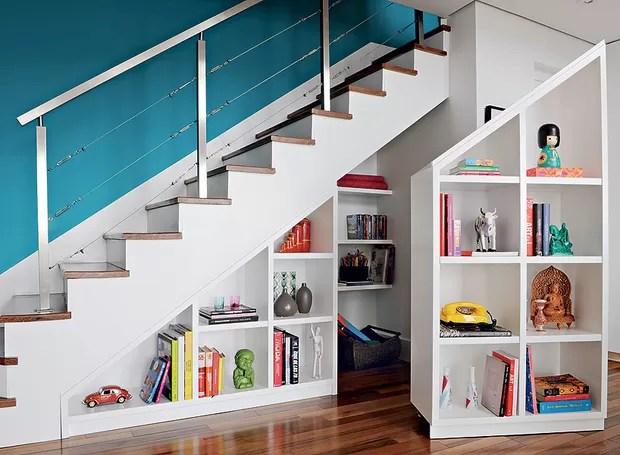 A estante da arquiteta Gabriela Marques é uma peça dupla que ocupa toda a profundidade debaixo da escada, de 90 cm. Uma parte é móvel, com rodízios de silicone escondidos. Dentro, as prateleiras guardam brinquedos em desuso e materiais de papelaria (Foto: Edu Castello e Marcelo Magnani)