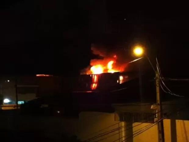 Incêndio atingiu galpão na Zona Oeste do Recife (Foto: Reprodução/ Whatsapp)