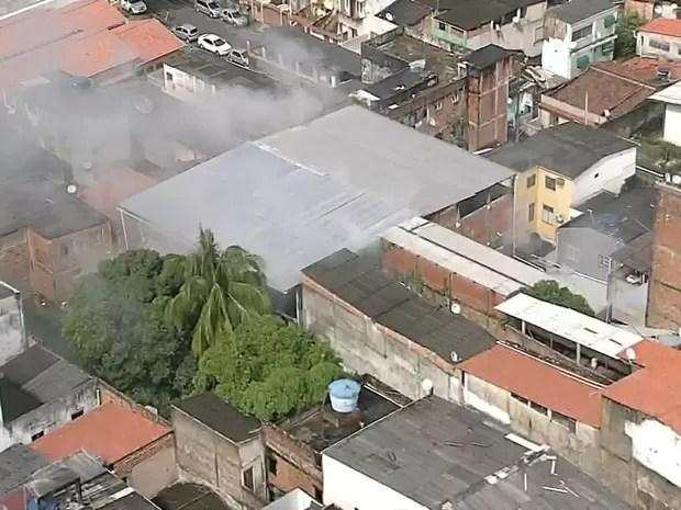 Incêndio em colégio na Liberdade (Foto: Reprodução/TV Bahia)