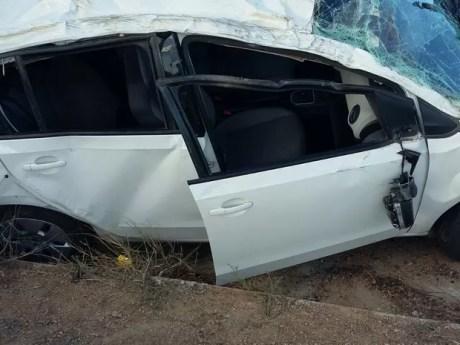 Carro capotou e deixou três feridos em Caruaru (Foto: Divulgação/PRF)