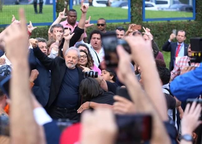 Lula deixou a prisão no fim da tarde desta sexta-feira (8), em Curitiba  — Foto: Giuliano Gomes/PR Press