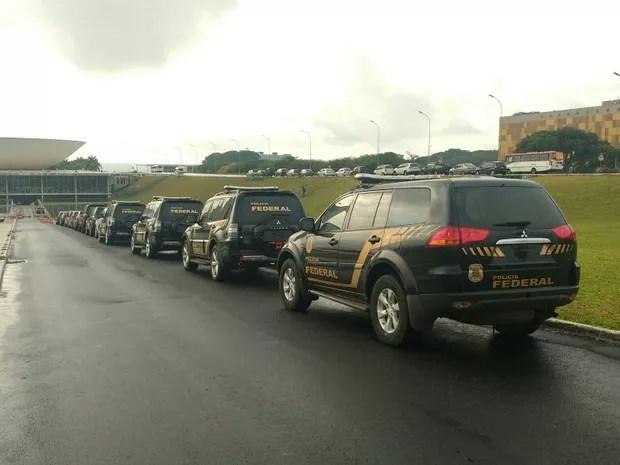 Viaturas da Polícia Federal foram estacionadas na entrada do Congresso (Foto: Elielton Lopes)