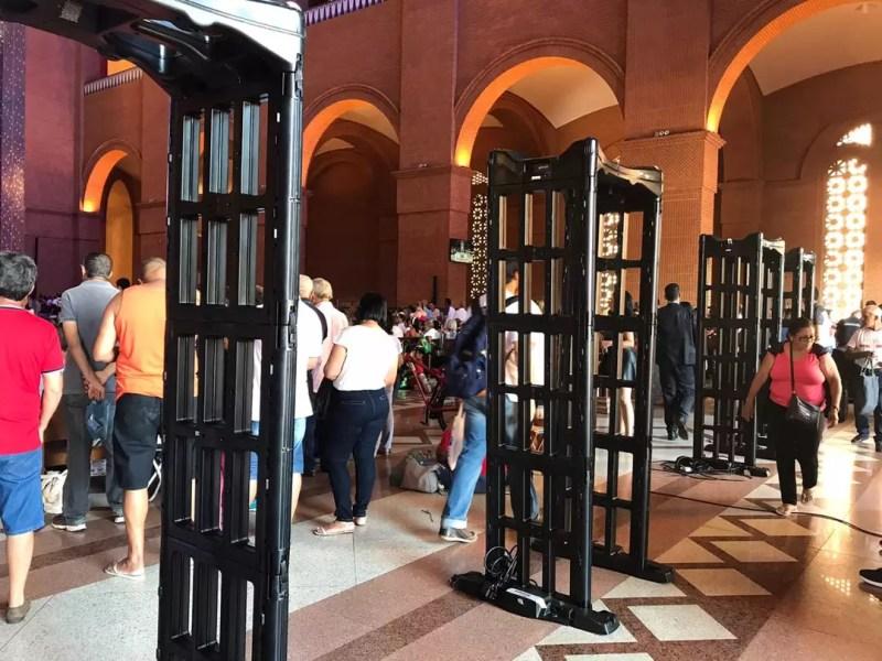 Detectores de metais foram posicionados nas entradas do Santuário de Aparecida