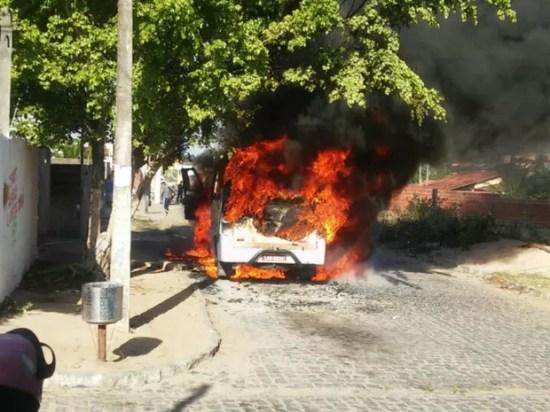 Bandidos mandaram os passageiros descerem e atearam fogo em um micro-ônibus em Parnamirim (Foto: Divulgação/PM)