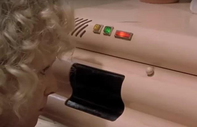 Um forno futurista do filme aceitava comandos de voz (Foto: Reprodução/YouTube)
