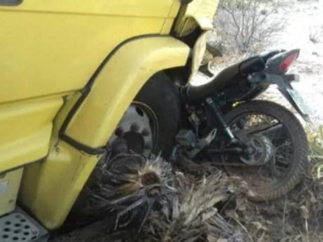 Motocicleta colidiu em caminhão na BR-316, em Floresta (Foto: Divulgação/PRF)