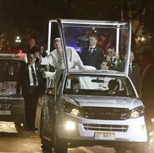 Papa Francisco acena para fieis a bordo do papamóvel em Manila (Foto: AP)