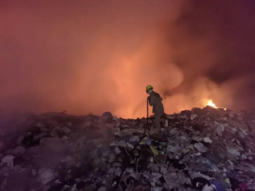 Fogo começou na noite dessa terça-feira (24) em Cruzeiro do Sul  — Foto: Bombeiros