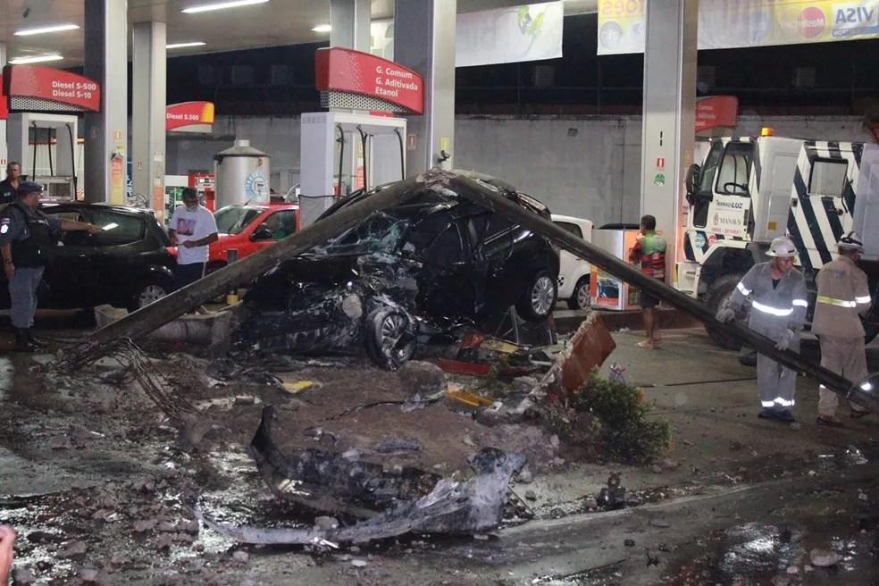 Veículo foi arrastado pelo ônibus e parou próximo a uma bomba de combustíveis — Foto: Rickardo Marques/G1 AM