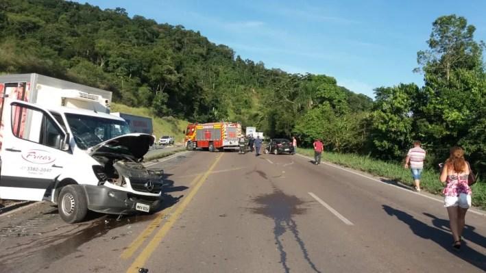 Veículos envolvidos em acidente na BR-470 em Gaspar, SC. — Foto: Divulgação/PRF-SC