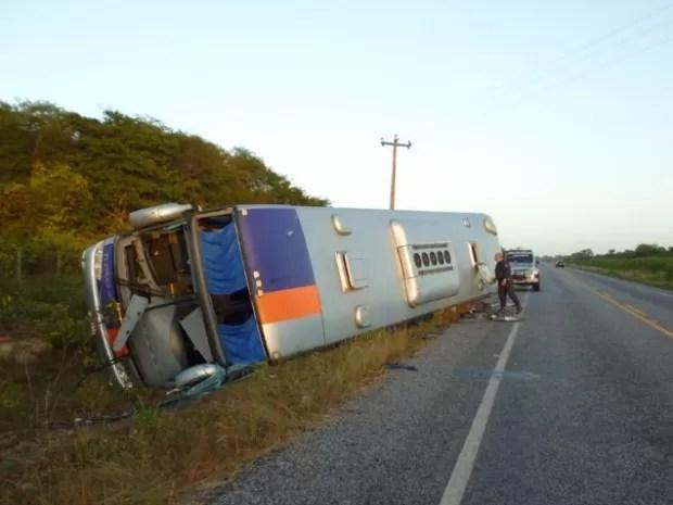 Veículo tombou quando tentou desviar de um caminhonete que entrou na contramão, segundo relato de motorista à polícia (Foto: Camocim 24 horas)