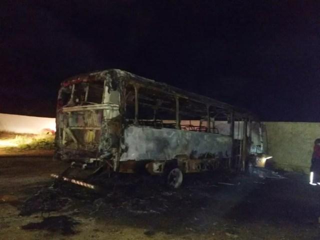 Ônibus escolar ficou totalmente destruído após pegar fogo na garagem da Prefeitura de Barra de Santana, na PB — Foto: Prefeitura/Divulgação
