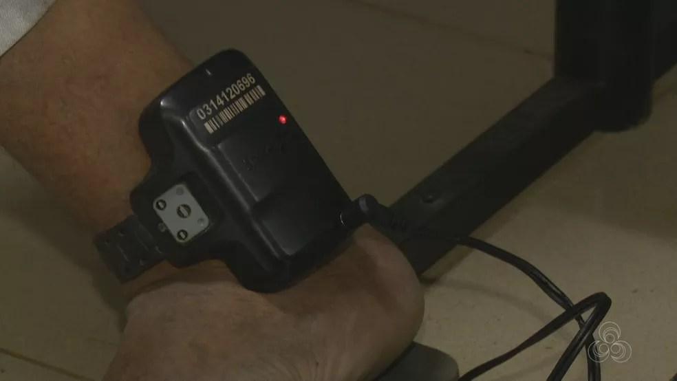 Presos são monitorados pelo dispositivo eletrônico  (Foto: Reprodução/ Rede Amazônica Acre )