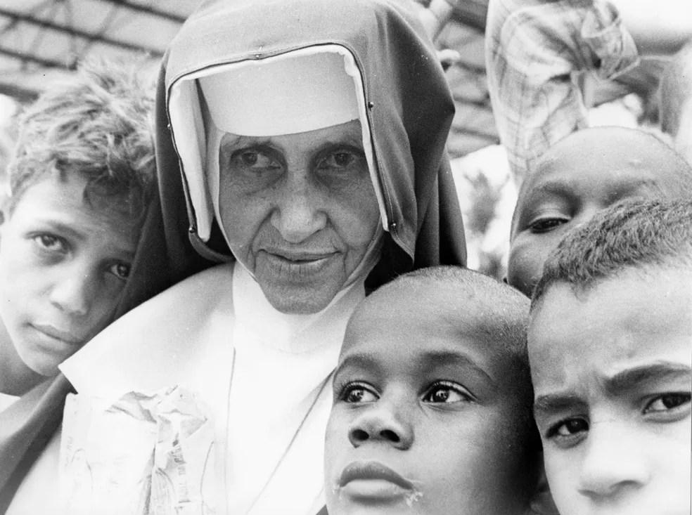 Irmã Dulce com crianças, em Salvador — Foto: Divulgação/Obras Sociais Irmã Dulce
