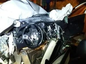 Veículo ficou destruído com a força do impacto (Foto: PRF/Divulgação)