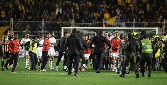 Calleri recebe vermelho em meio à confusão (Foto: Rubens Chiri / www.saopaulofc.net)